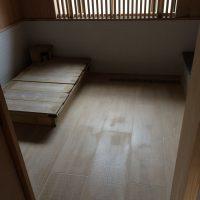 ヒノキの浴槽と、木目調大判タイル