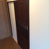 廊下に和モダンの入り口がきました。お客様と古材屋さんに建具を購入しにいきました。