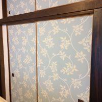 旧和室、押入れ扉 FARROW&BALLの襖紙をはりました。