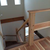 階段手摺は、丸太の絞りを使用