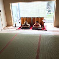 玄関ホールを畳にしたので、床の間っぽく季節のものがお出迎え