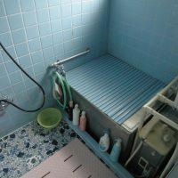 既存浴槽は、半埋め込みのバランス釜のお風呂でした。