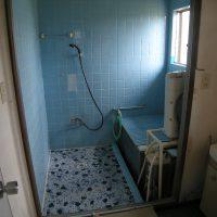 昔のお風呂は、壁も床もタイルでした。壁のタイルは、長年の水がかりで、目地にヒビが入っていました