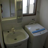 クロスを貼り変えて、新しい洗面台を入れました。
