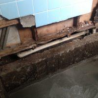 壁のタイルを剥がしてみると、壁がぶかぶかするので確認すると、下地が腐って無くなってました。