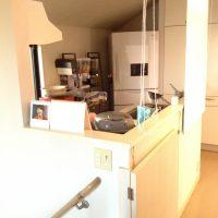 壁にかこまれた、L型キッチンは、娘さんや息子さんの彼女などが手伝えないような狭いキッチンでした。
