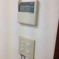 既存照明のスイッチとエアコンのコントローラーです
