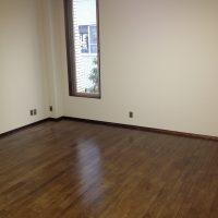 着色後に床を保護するウレタン塗装をしています
