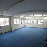 床はタイルカーペット、天井は湿気でボードがぶかぶかでした。