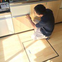 床材の端材を利用して、キッチン扉をリメイク