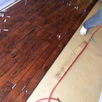 床材は、趣きを出したいのでアンティークりを使用しました。